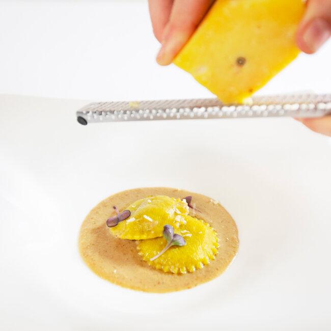Preparazione dei ravioli di manzo dell'Osteria Il Moro Trapani
