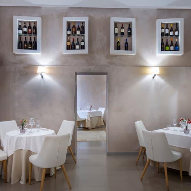 Tavoli apparecchiati nella sala interna dell'Osteria Il Moro Trapani