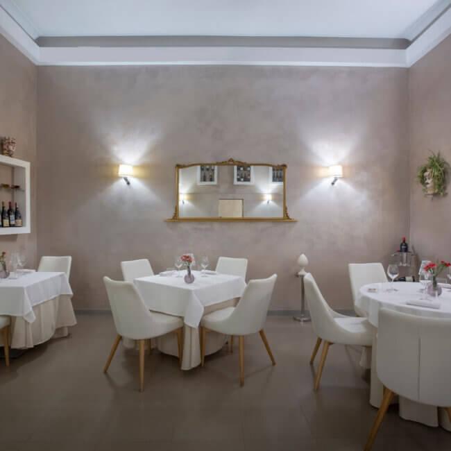 Atmosfera nella sala interna dell'Osteria Il Moro Trapani