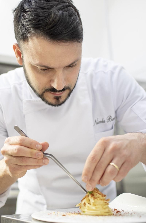 Chef Nicola Bandi in cucina dell'Osteria Il Moro Trapani