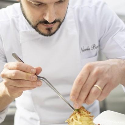 Chef Nicola Bandi in cucina all'Osteria Il Moro Trapani