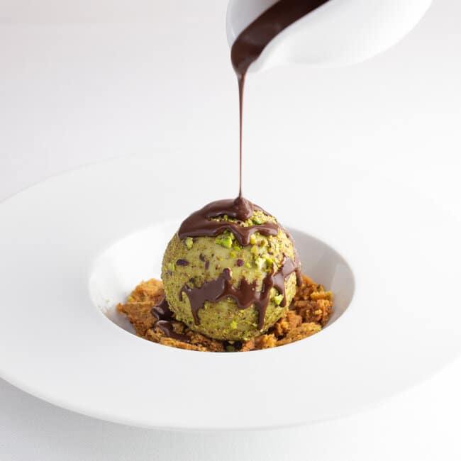 Dessert Delizia al pistacchio con colata di cioccolato di Modica dell'Osteria Il Moro Trapani