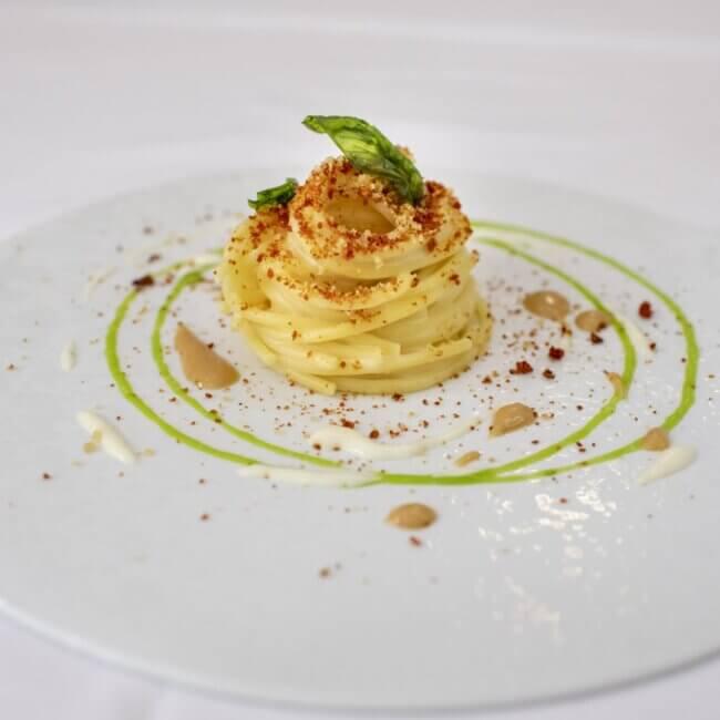 Primo piatto Rivisitazione pasta al pesto trapanese dell'Osteria Il Moro Trapani
