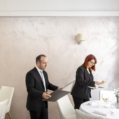 Team al lavoro in sala all'Osteria Il Moro Trapani